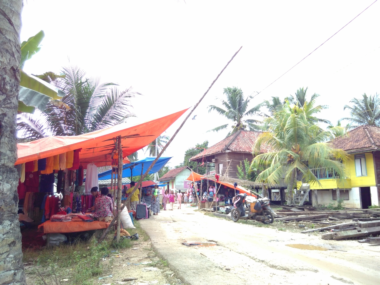 A market scene at Muara Sekalo (in Indonesia), the village where the research was conducted