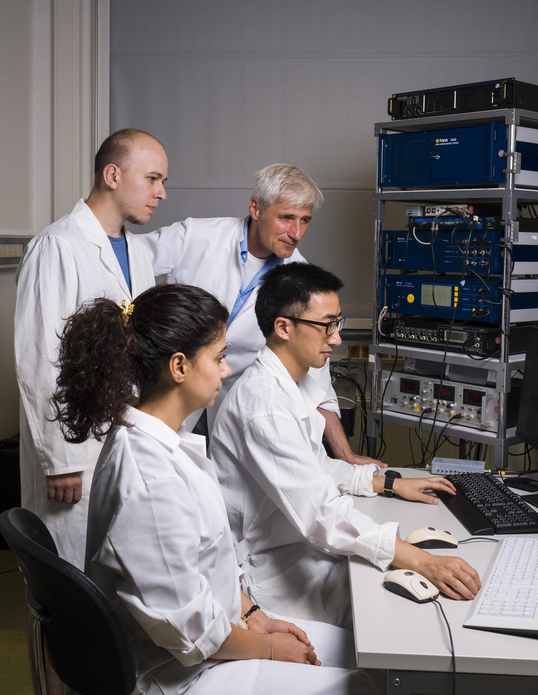 Mitglieder der Abteilung für Zelluläre Neurobiologie analysieren die Funktion des Fliegen-Hörorgans.