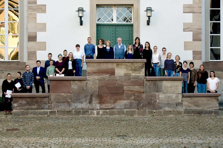 Die Gewinnerinnen und Gewinner des aktuellen Wettbewerbs mit Prof. Dr. Andrea D. Bührmann und Michael C.-E. Büchting von der AKB Stiftung (Mitte)