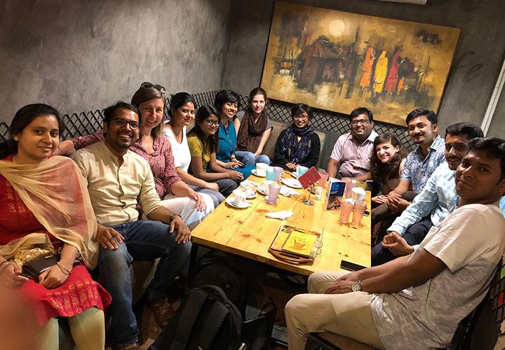 Wiedersehensfreude in Delhi: Alumni und ehemalige DAAD-Stipendiatinnen und –Stipendiaten des CeMIS bei einem Treffen mit Dr. Karin Klenke und Promovierenden des CeMIS.