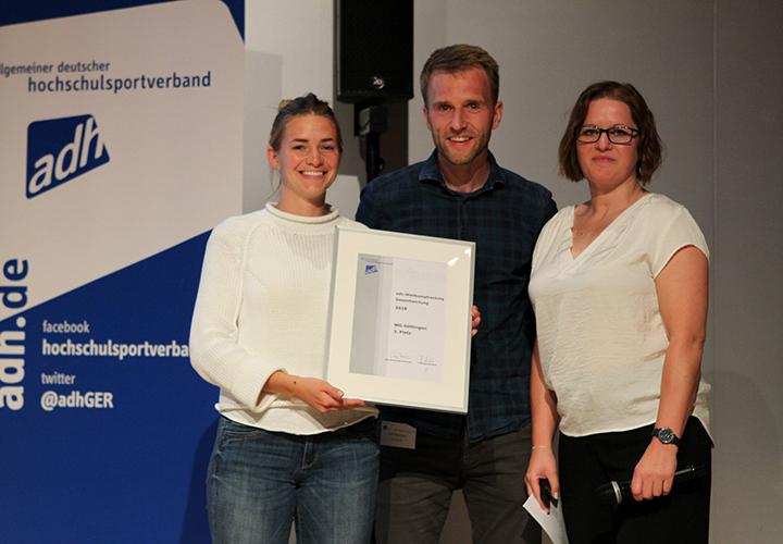 adh – Sportreferent Dirk Dödtmann und die stellvertretende Sportreferentin Sophie Weigand von der Universität Göttingen erhalten die Urkunde für den dritten Platz Wettkampfranking von adh-Vorstandsmitglied Maren Schulze (rechts).