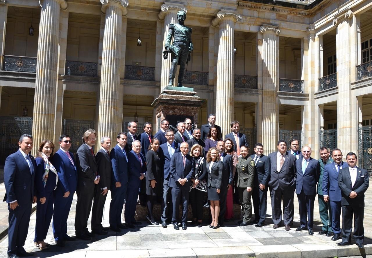 Der Preis wird für besondere Verdienste um Transparenz, Demokratie, deutsch-kolumbianische Freundschaft und gesellschaftliche Entwicklung verliehen.