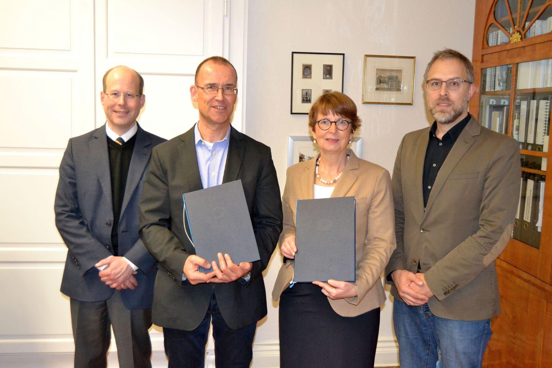 Von links: Dr. Holger Berwinkel, Prof. Dr. Norbert Lossau, Dr. Sabine Graf und Dr. Christian Fieseler, SUB.