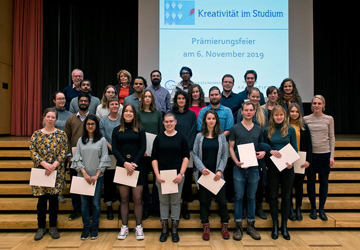 Die Gewinnerinnen und Gewinner mit Michael C. Büchting von der AKB Stiftung und Prof. Dr. Andrea D. Bührmann, Vizepräsidentin für Studium, Lehre und Chancengleichheit (hinten links)