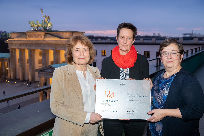 Feierliche Auszeichnung in Berlin: Prof. Dr. Andrea D. Bührmann, Dr. Daniela Marx und Dr. Doris Hayn (von links).