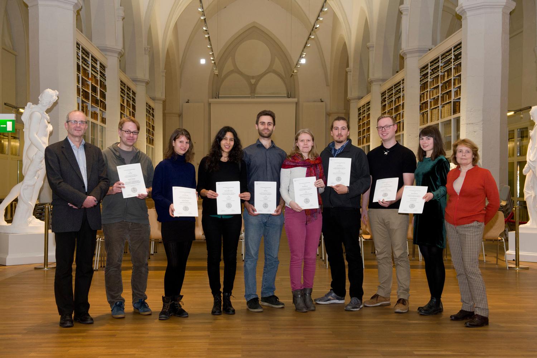 Die Gewinnerinnen und Gewinner des Ideenwettbewerb 2018 mit Prof. Dr. Andrea D. Bührmann (rechts) und Prof. Dr. Dieter Heineke, stellvertretender Vorsitzender der Bewertungskommission (links)