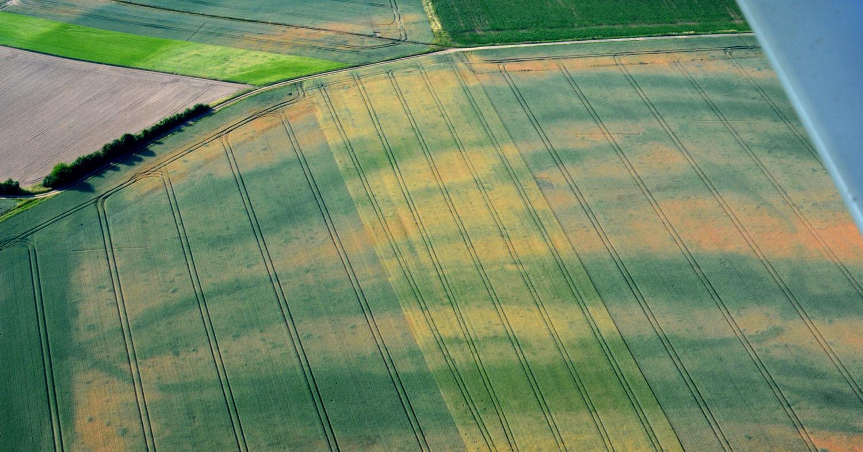 Das Luftbild zeigt die entstandenen Muster auf dem Feld während des heißen trockenen Sommers 2018.