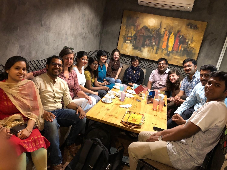 Wiedersehensfreude in Delhi: Alumni und ehemalige DAAD-Stipendiatinnen und -Stipendiaten des CeMIS bei einem Treffen mit Dr. Karin Klenke und Promovierenden des CeMIS.