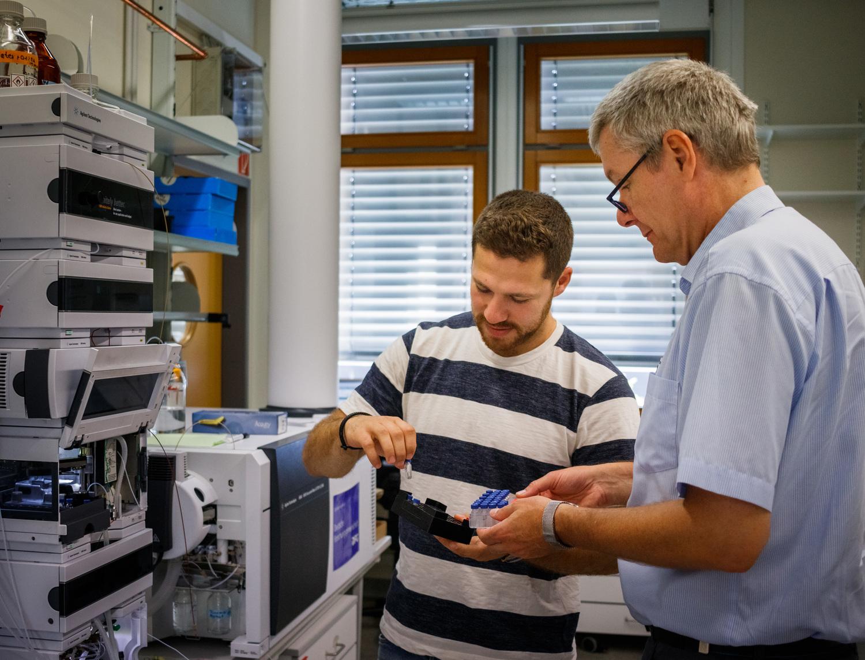 Dmitrij Rekhter und Prof. Ivo Feußner entscheiden über die Reihenfolge der Messproben.