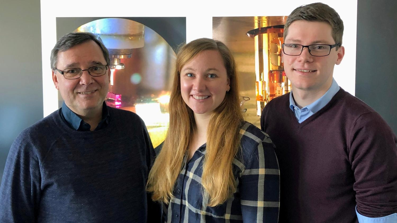Von links nach rechts: Dr. Martin Wenderoth, Anna Sinterhauf und Georg A. Traeger. Der Hintergrund zeigt Bilder unserer Rastertunnelmikroskope.
