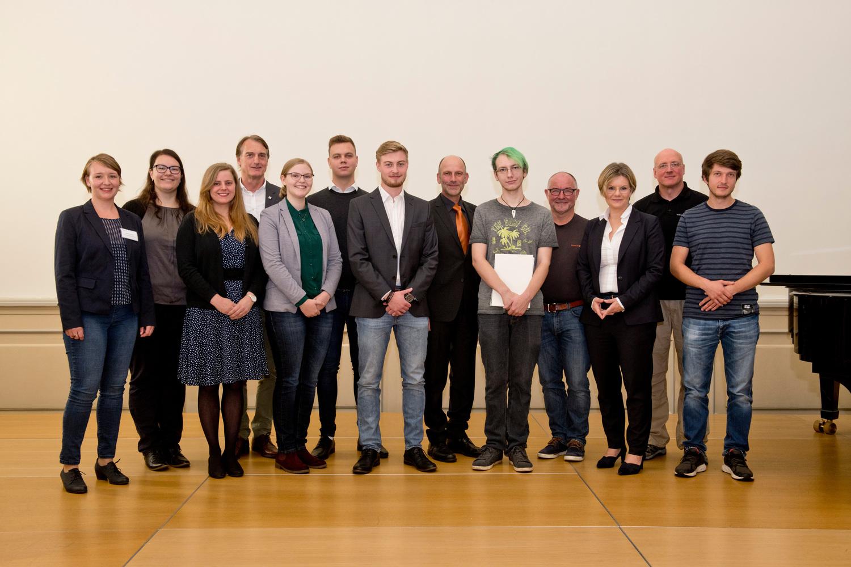 Ausgezeichnete Auszubildende  mit Ausbilderin und Ausbildern und der zuständigen Vizepräsidentin Dr. Valérie Schüller.