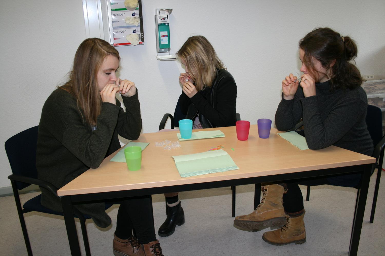 Die Teilnehmerinnen geben eine Speichelprobe zur Hormonanalyse ab.