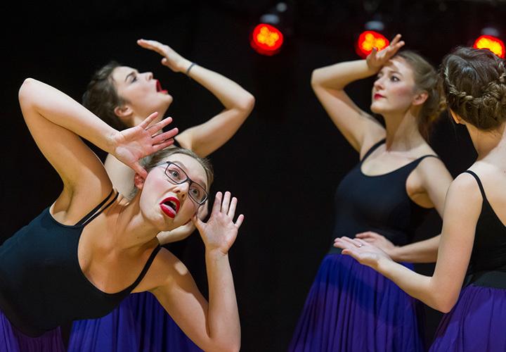 Über 2015 Tänzerinnen und Tänzer demonstrieren ihr Können.