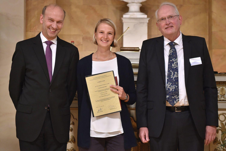 Akademischer Preis des Universitätsbundes Göttingen: Prof. Dr. Arnulf Quadt, Dr. Merle Behr und Prof. Dr. Hans Hofsäss (von links).