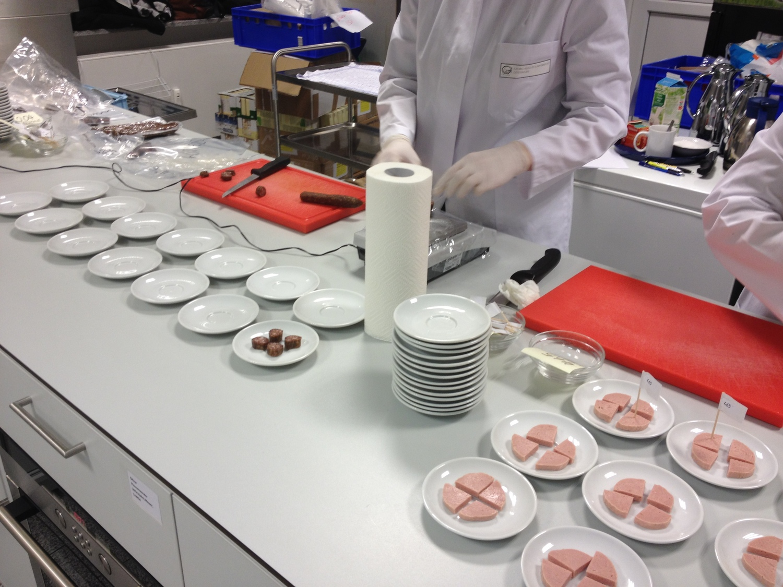 In Göttingen wird die sensorische Analyse von tierischen Produkten durchgeführt.