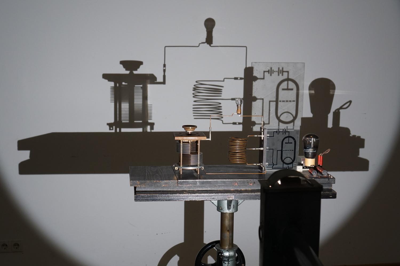 2 MHz-Sender zur Erzeugung ungedämpfter elektrischer Schwingungen mit Schattenprojektion von Pohl. Physicalisches Cabinet.