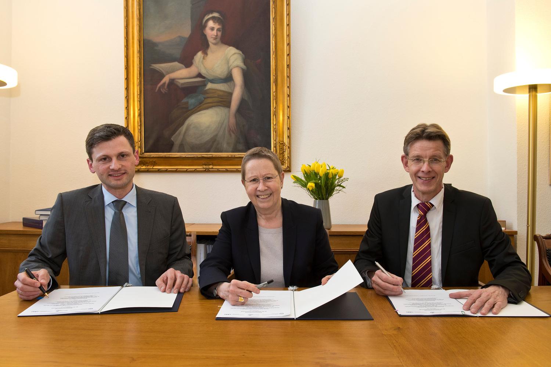 Unterzeichneten den Kooperationsvertrag: Dr. Axel Wegener, stellvertretender Vorsitzender Measurement Valley, Universitätspräsidentin Prof. Dr. Ulrike Beisiegel und Stephan Ferneding, Vorstandsvorsitzender Measurement Valley (von links).