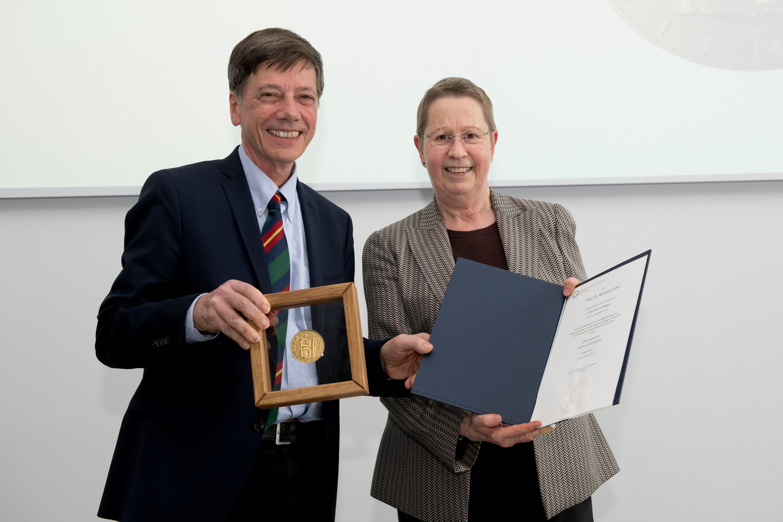 Verleihung der Universitäts-Medaille Aureus Gottingensis an Prof. Dr. Reinhard Jahn durch Universitätspräsidentin Prof. Dr. Ulrike Beisiegel