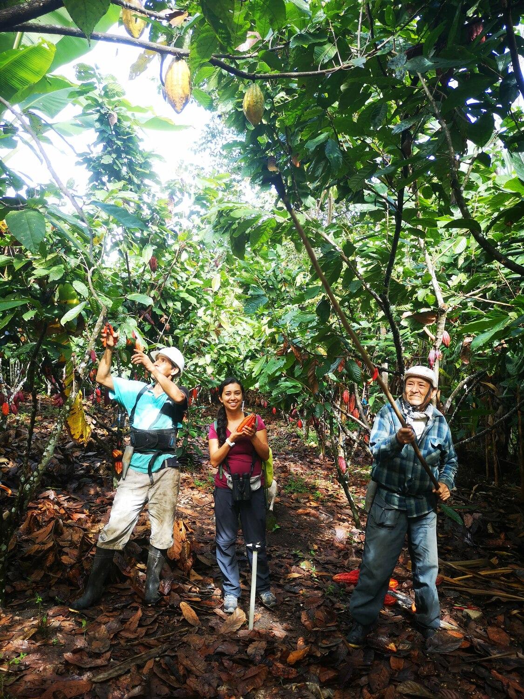 Carolina Ocampo-Ariza besucht mit zwei Kleinbauern eine Kakao-Plantage Perus.
