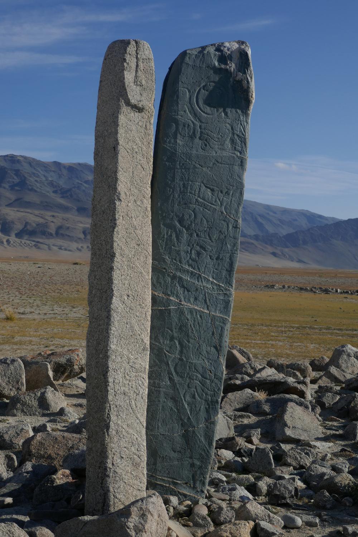 """Hirschsteine mit ihren stark stilisierten Formen """"zum Himmel aufsteigender Hirsche"""" stammen aus der zweiten Hälfte der Bronzezeit."""