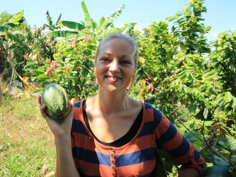 Dr. Bea Mass zeigt eine Kakao-Frucht.