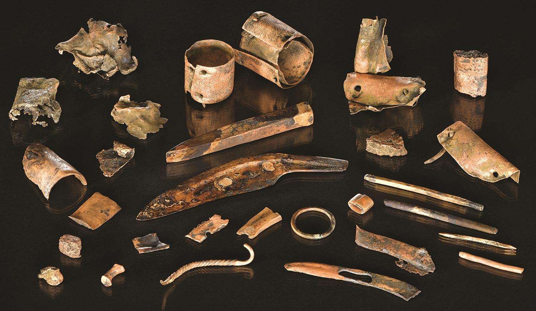 Diese Sammlung von Objekten wurde von einer Tauchergruppe im Fluss Tollense gefunden und ist wahrscheinlich der Besitz eines Kriegers, der vor 3.300 Jahren auf dem Schlachtfeld starb.