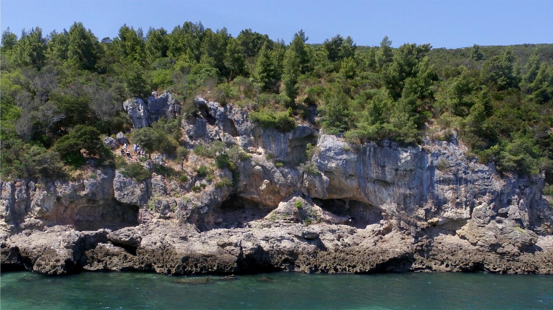 Blick auf die drei Eingänge der Höhle von Figueira Brava in Portugal.