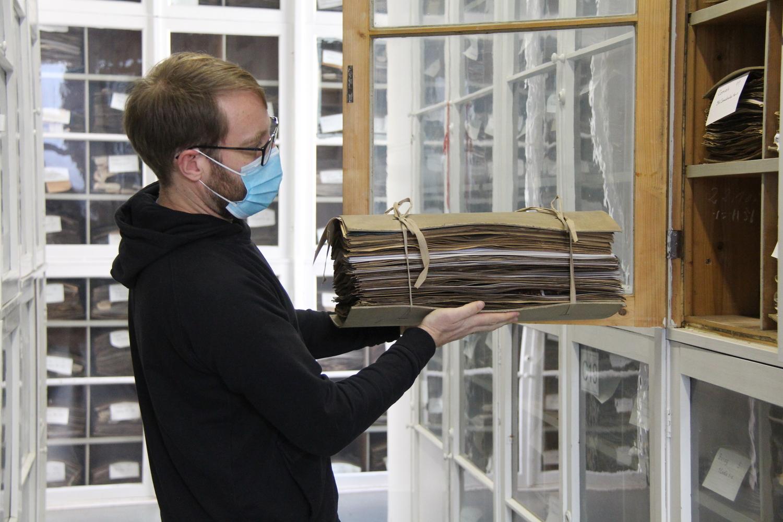 Kustos Dr. Marc Appelhans im Herbarium der Universität Göttingen.