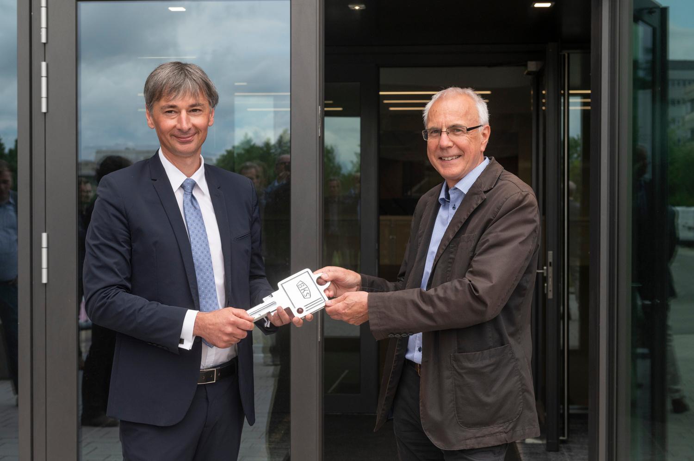 Symbolische Schlüsselübergabe: links GWDG-Geschäftsführer Prof. Dr. Ramin Yahyapour, rechts Rainer Bolli, Leiter des Gebäudemanagements der Universität Göttingen.