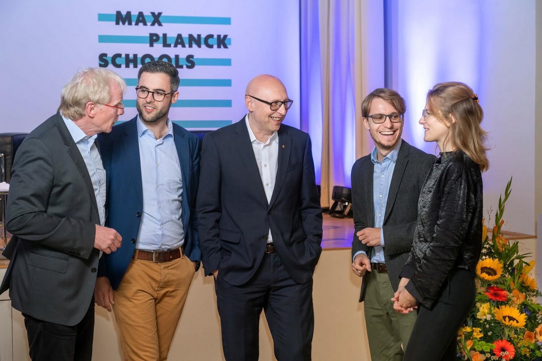 Gelungener Auftakt: Chemie-Nobelpreisträger Stefan Hell (Mitte) im Gespräch mit Max-Planck-Vize-Präsident Ferdi Schüth und den Studierenden Niklas Rindtorff, Karl Michael Ziems und Bojana Grujičić (von links nach rechts).