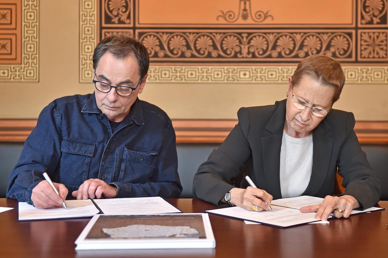 Unterzeichnung des Stiftungsvertrags in Göttingen: Universitätspräsidentin Prof. Dr. Ulrike Beisiegel und Verleger Gerhard Steidl.