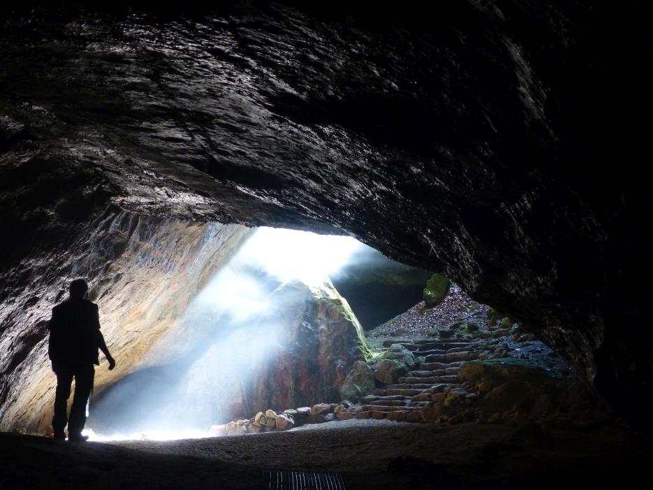 Die Einhornhöhle, Blaue Grotte. Im Mittelalter wurden eiszeitliche Tierkonchen gefunden, welche die Schatzsucher für Einhornknochen hielten und als Medizinalien verkauften. Diesem Umstand verdankt die Einhornhöhle ihren späteren Namen. Seit   Entdeckung der ersten Steinwerkzeuge aus der Zeit des Neandertalers im Jahre 1985, wurden in und vor der Einhornhöhle archäologisch-paläontologische Ausgrabungen durchgefüht.