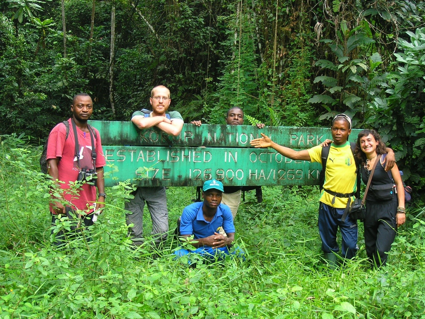 Autoren der Studie, Francis N. Motombi (1. v.l.), Denis Kupsch (2. v.l.) und Elleni Vendras (1. v.r.) mit Feldarbeitsteam am Eingang des Korup-Nationalpark, Südwestkamerun.