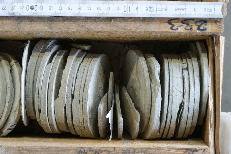 Beispiel für einen Seesediment-Bohrkern der Forschungsbohrung Nördlingen 1973 (Teufe 233 Meter). Der in den 1970er-Jahren intensiv erforschte Bohrkern bildet nach wie vor ein wertvolles Probenmaterial für die Untersuchung des Rieskraters.