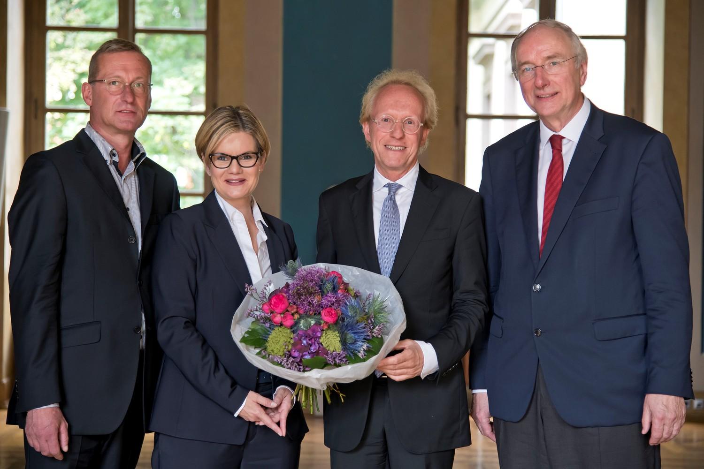 Von links: Senatssprecher Prof. Dr. Nicolai Miosge, Dr. Valérie Schüller, Vizepräsidentin für Finanzen und Personal, Prof. (HSG) Dr. Sascha Spoun und Dr. Wilhelm Krull, Vorsitzender des Stiftungsausschusses Universität.