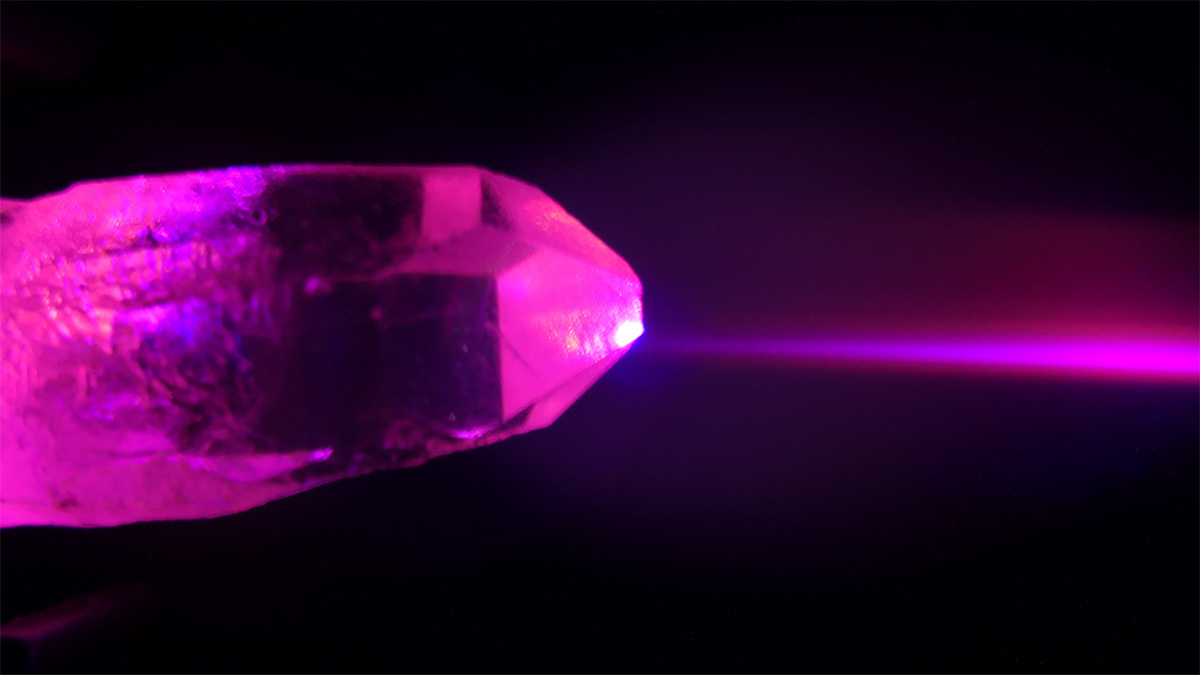 Image of a quartz crystal illuminated by light made up of two colours.