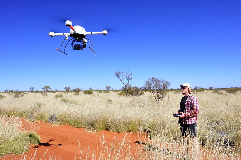 Dr. Stephan Getzin von der Universität Göttingen fliegt einen Quadcopter (Microdrone md4-1000), montiert mit einer Multispektralkamera. Die Multispektralkamera wurde verwendet, um die Verteilung der Grasvitalität in der Landschaft zu kartieren.