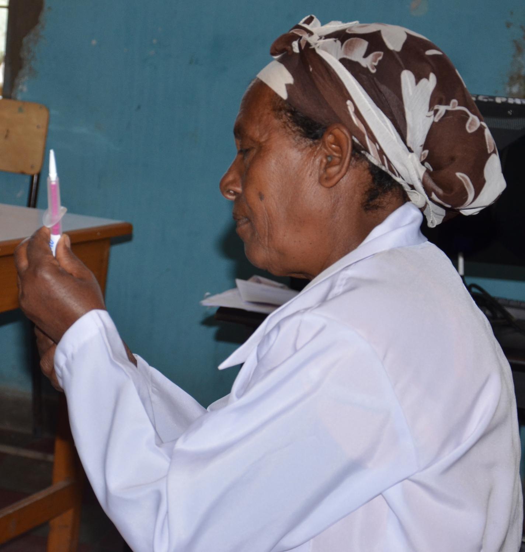 Gesundheitsarbeiterin aus dem Dabat Research Center in Äthiopien bereitet eine Vorsorgeuntersuchung zu Gebärmutterhalskrebs vor: In der Mehrheit der untersuchten Länder (37 von 55) berichteten rund 30 Prozent der Frauen, jemals an einer solchen Untersuchung teilgenommen zu haben.