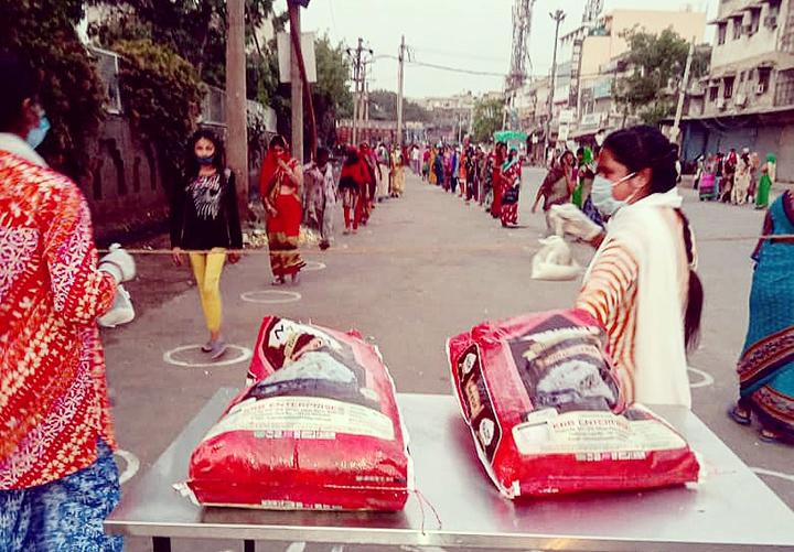 Eine neu gegründete Volksküche in Delhi verteilt Essenspakete an gestrandete Wanderarbeiterinnen und -arbeiter.