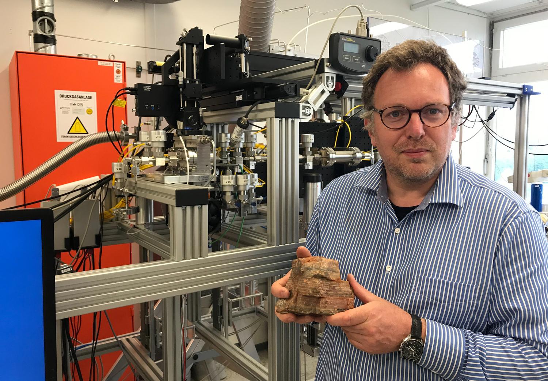 Prof. Dr. Andreas Pack hat im Göttinger Isotopenlabor die Zusammensetzung der Isotope von Gesteinen aus der Frühzeit der Erde untersucht.