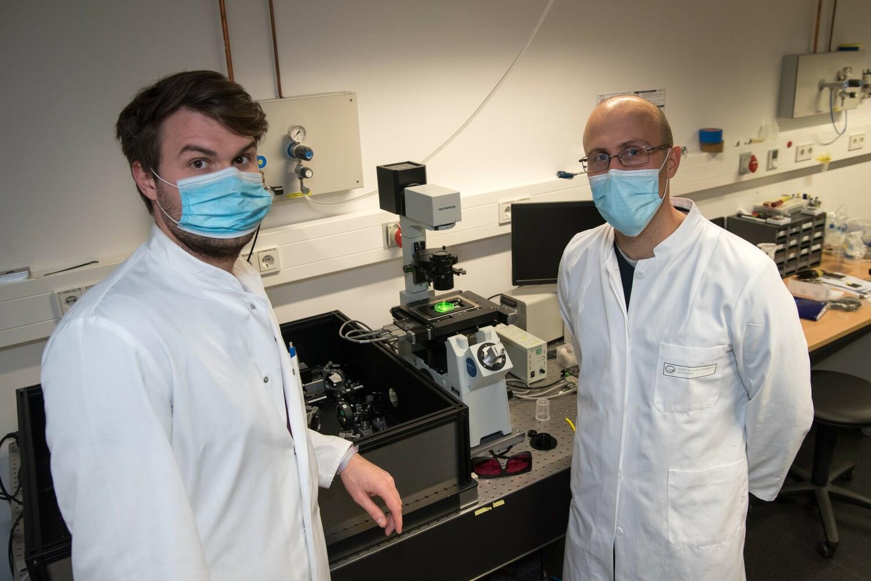 Krankheitserreger detektieren, ohne Proben zu entnehmen: Das könnte künftig mit Kohlenstoff-Nanoröhren möglich sein, wie sie ein Team um Prof. Dr. Sebastian Kruß (rechts) und Robert Nißler entwickelt.