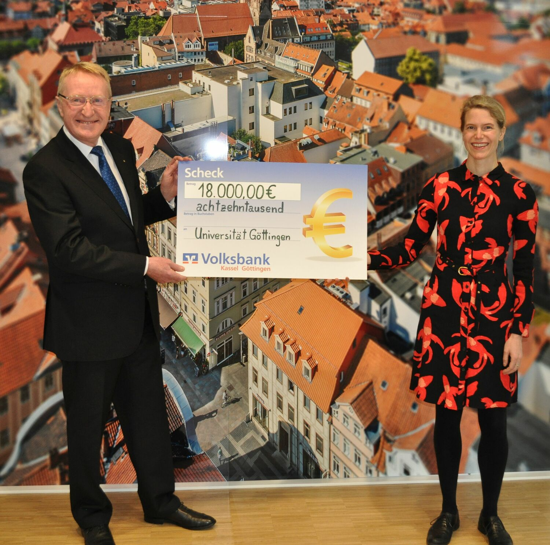 Die Volksbank Kassel Göttingen unterstützt das Deutschlandstipendium an der Universität Göttingen in der kommenden Förderperiode mit einer Geldspende in Höhe von 18.000 Euro.