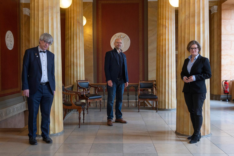 Erhält einen ERC Advanced Grant: der Chemiker Prof. Dr. Lutz Ackermann. Links Universitätspräsident Prof. Dr. Metin Tolan, rechts Dr. Valérie Schüller, Vizepräsidentin für Finanzen und Personal.