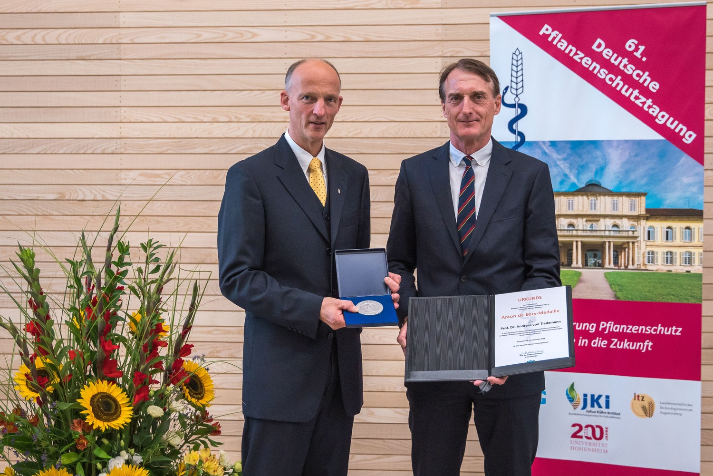 Verleihung der Anton de Bary-Medaille: Prof. Dr. Johannes Hallmann, Vorsitzender der Deutschen Phytomedizinischen Gesellschaft, und Prof. Dr. Andreas von Tiedemann, Universität Göttingen (von links).