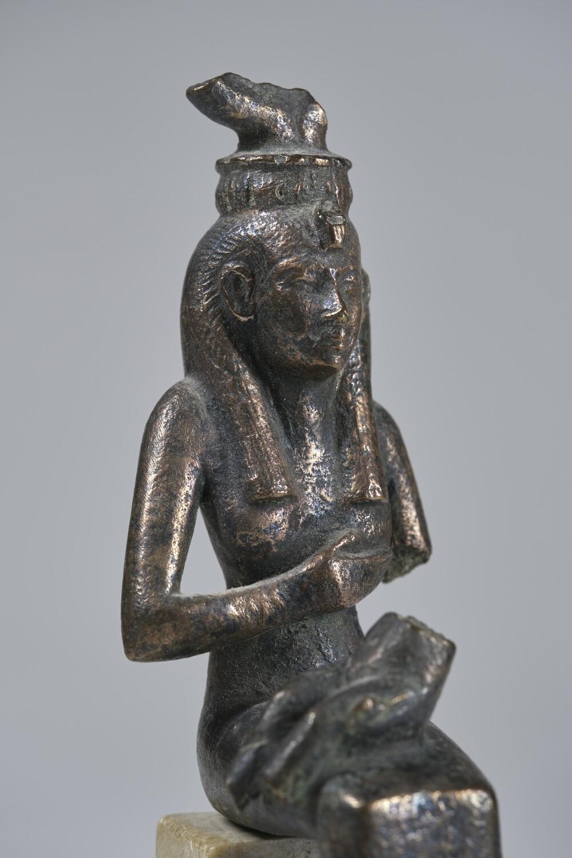 Bronzestatuette der Göttin Isis, die ihren Sohn Horus stillt (ca. 1069–332 v. Chr.). Seminar für Ägyptologie und Koptologie, Universität Göttingen.