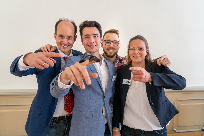 """Erster Platz in der Kategorie """"Wissenschaft"""": Das Team """"3Digity"""" mit  (von links) Prof. Dr. Arndt Schilling, Miguel Bravo, Claudio Garcia und Dr. Julie Kux."""