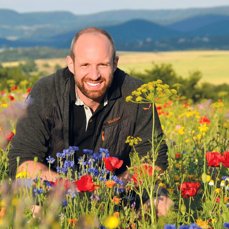 Yves Zinngrebe in einem Blühstreifen bei Germerode, Meißner, Hessen.