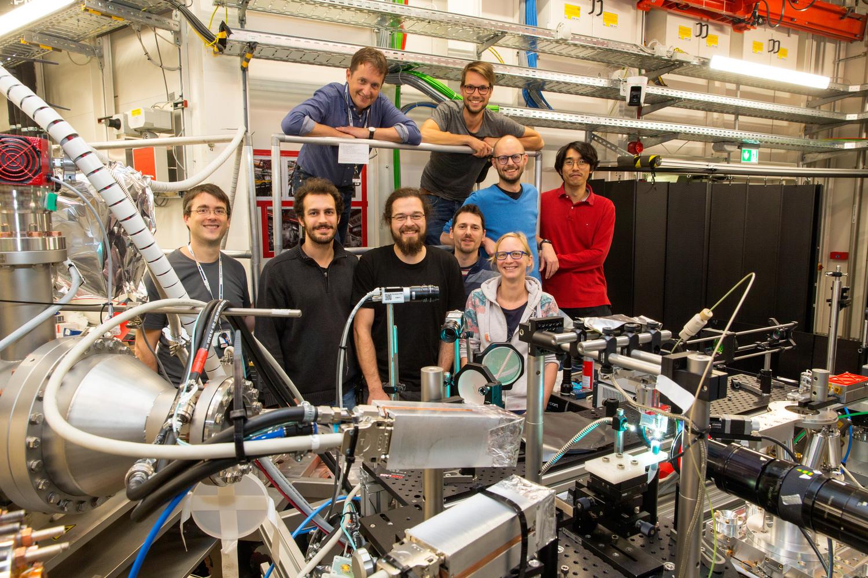 In ihrem Experiment hat das Team um Prof. Dr. Tim Salditt (hinten links) - hier bei Arbeiten im Oktober 2019 - durch einen intensiven Laserimpuls von wenigen milliardstel Sekunden ein Plasma im Wasser erzeugt.