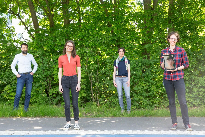 Von links nach rechts: Prof. Dr. Stefan Klumpp, Anna Schepers, Prof. Dr. Sarah Köster, Charlotta Lorenz, auf dem Pad: Laura Scheedel.