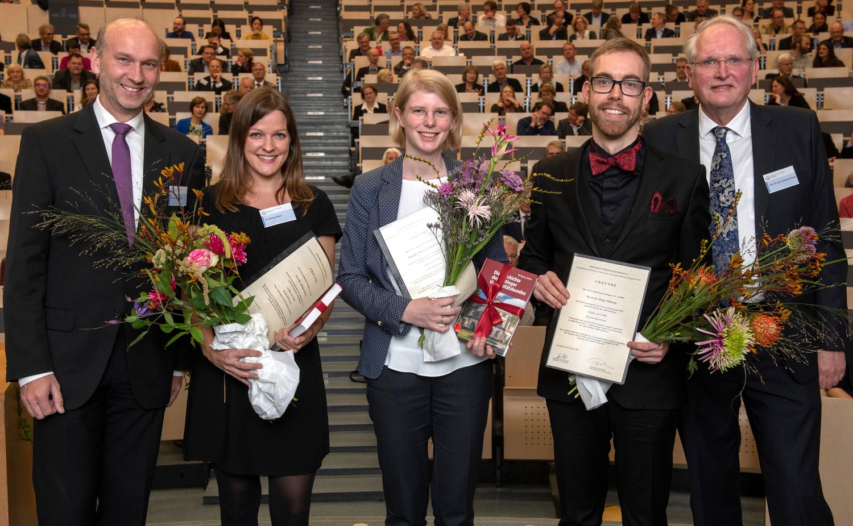Dissertationspreis des Universitätsbundes Göttingen e.V. verliehen: Unibund-Vorsitzender Prof. Dr. Arnulf Quadt mit den Preisträgern Dr. Johanna Eckert, Dr. Maren Elisabeth Schwab und Dr. Helge Mißbach und dem Laudator Prof. Dr. Hans-Christian Hofsäss (von links).